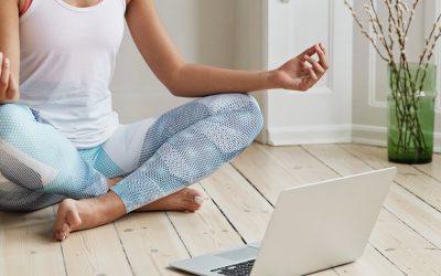Yoga online funciona mesmo? (6 dicas para tirar melhor proveito disso)